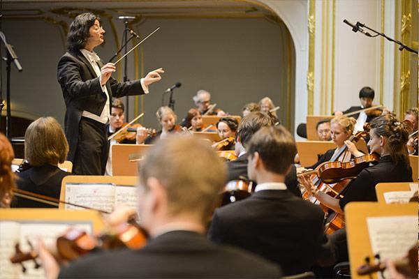 LJO-HH-mit-Dirigent-Credits-Jens-Palme